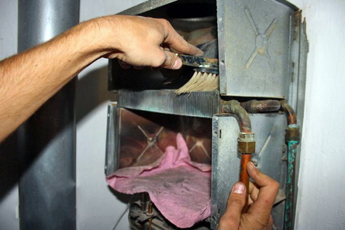 Процесс очистки газового котла от мусора