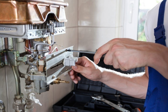 Ремонтировать газовый котел должен специалист